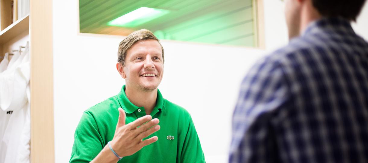 Teammanager Regis Dorn redet über Fußball, Sauna und Training.
